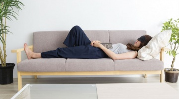 What can be done about this problem? The benefits of napping during the day has many health advantages. Read further to see why a catnap in the middle of your hectic day helps you feel energized and refreshed.